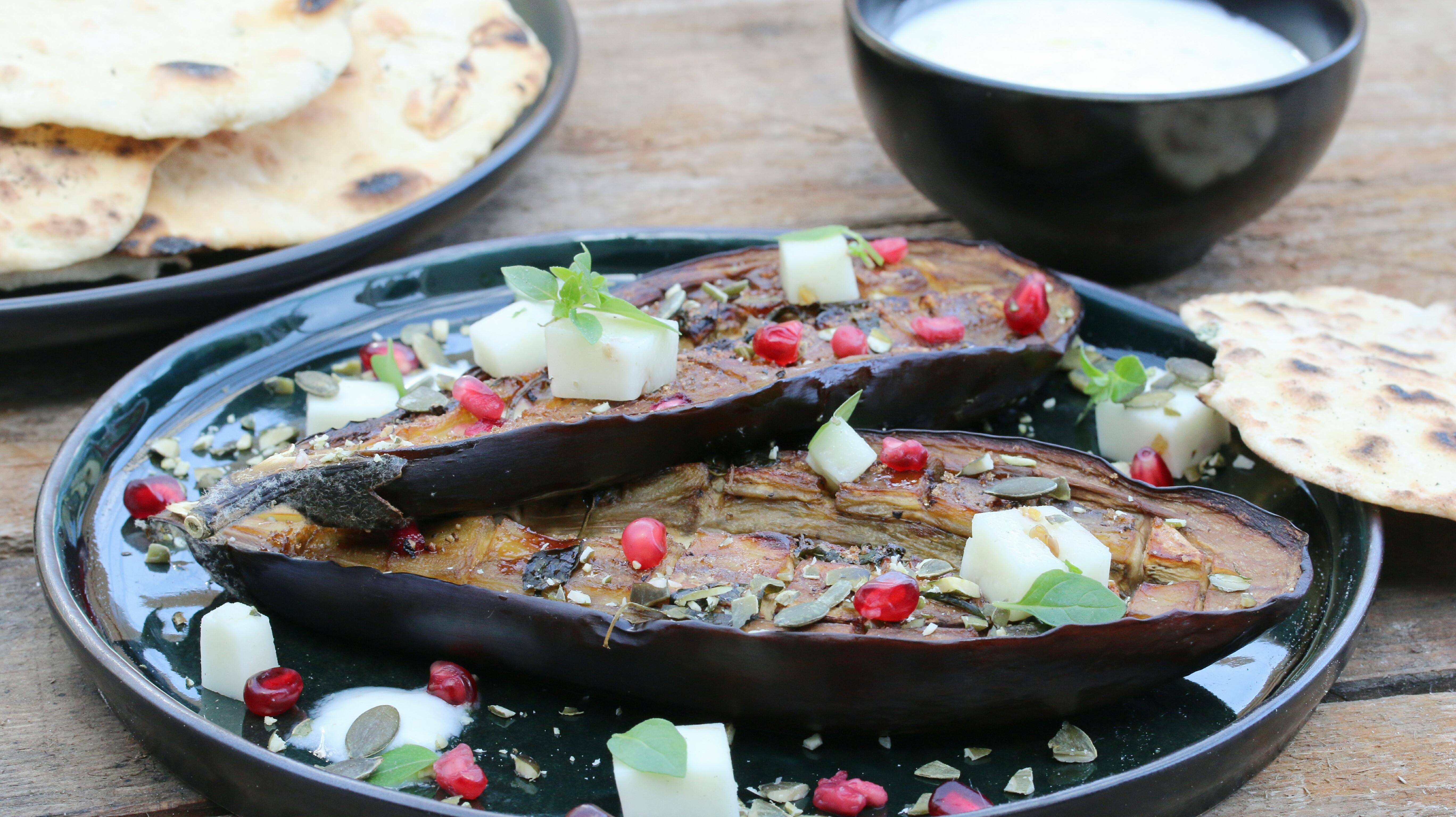 Gelakte aubergine met yoghurt, plaatbrood, granaatappel en geitenkaas