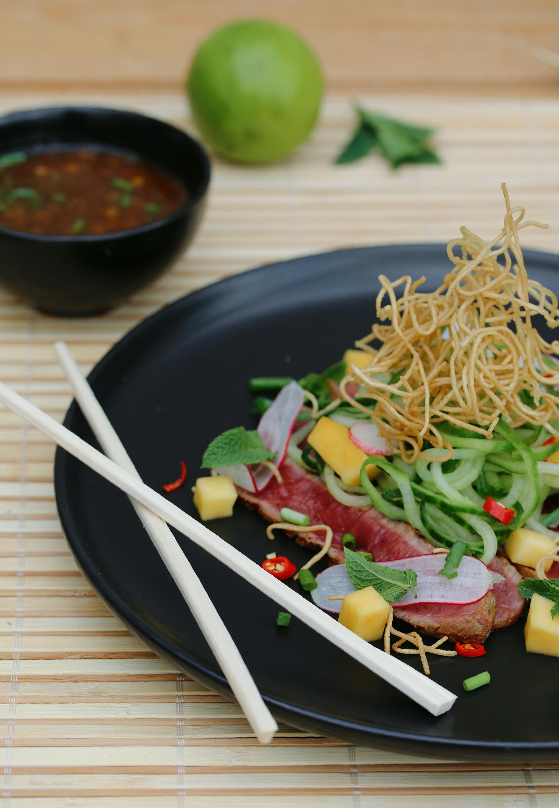 Thaise salade met komkommernoedels en gemarineerde steak
