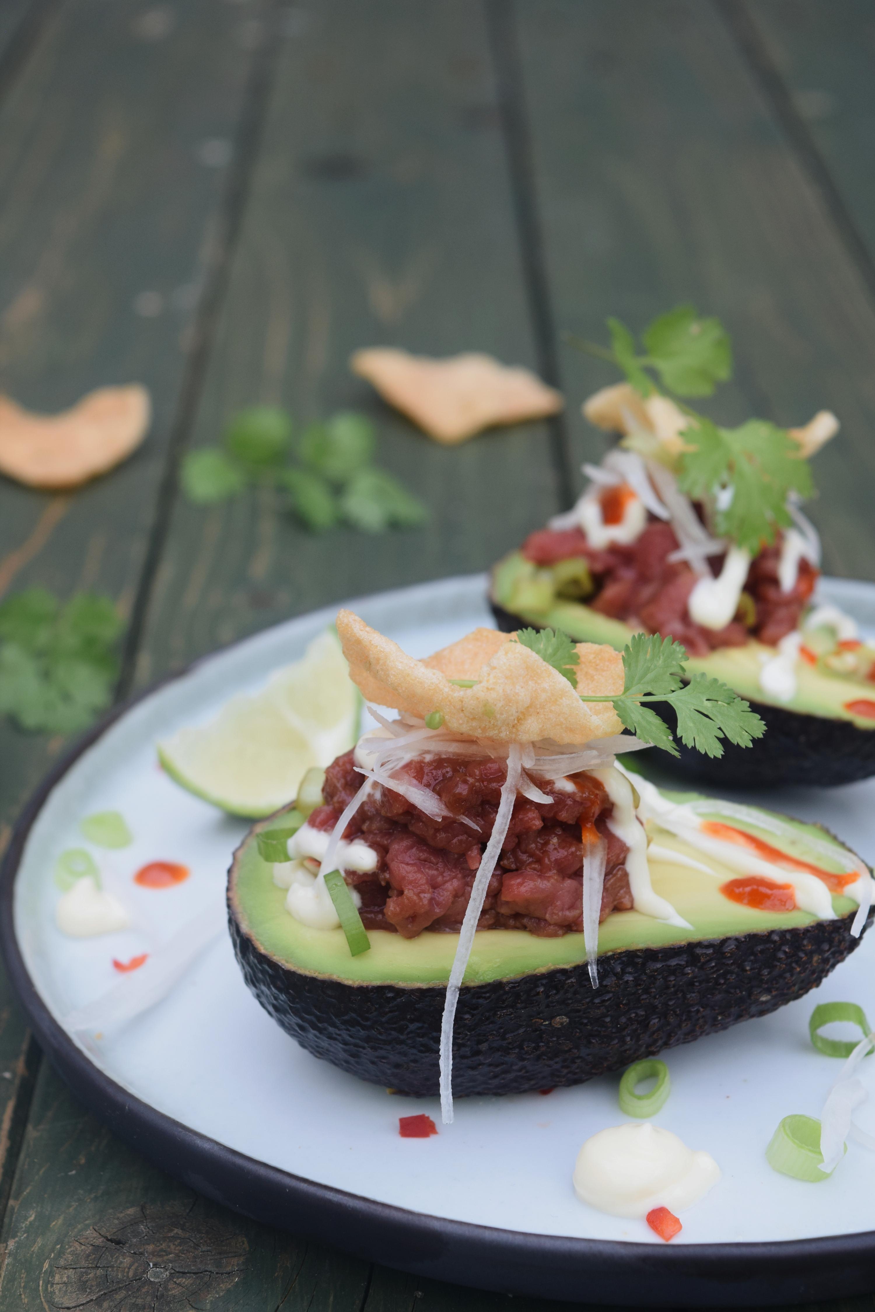 Gevulde avocado met rundstartaar teriyaki, rammenas en sesam mayonaise