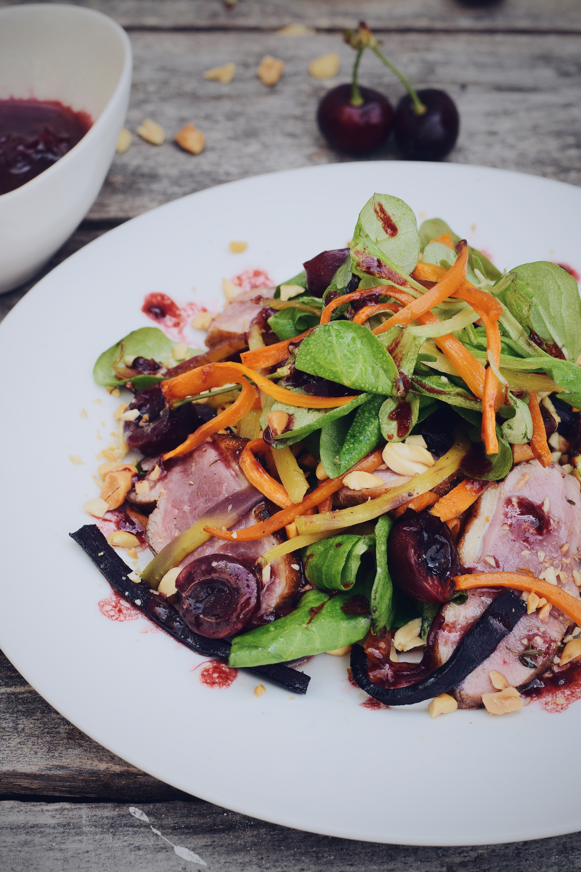Salade met eend, wortel en kersen dressing