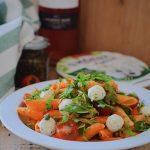 Pastasalade met geroosterde paprika, rucola, kaasballetjes en tomaat