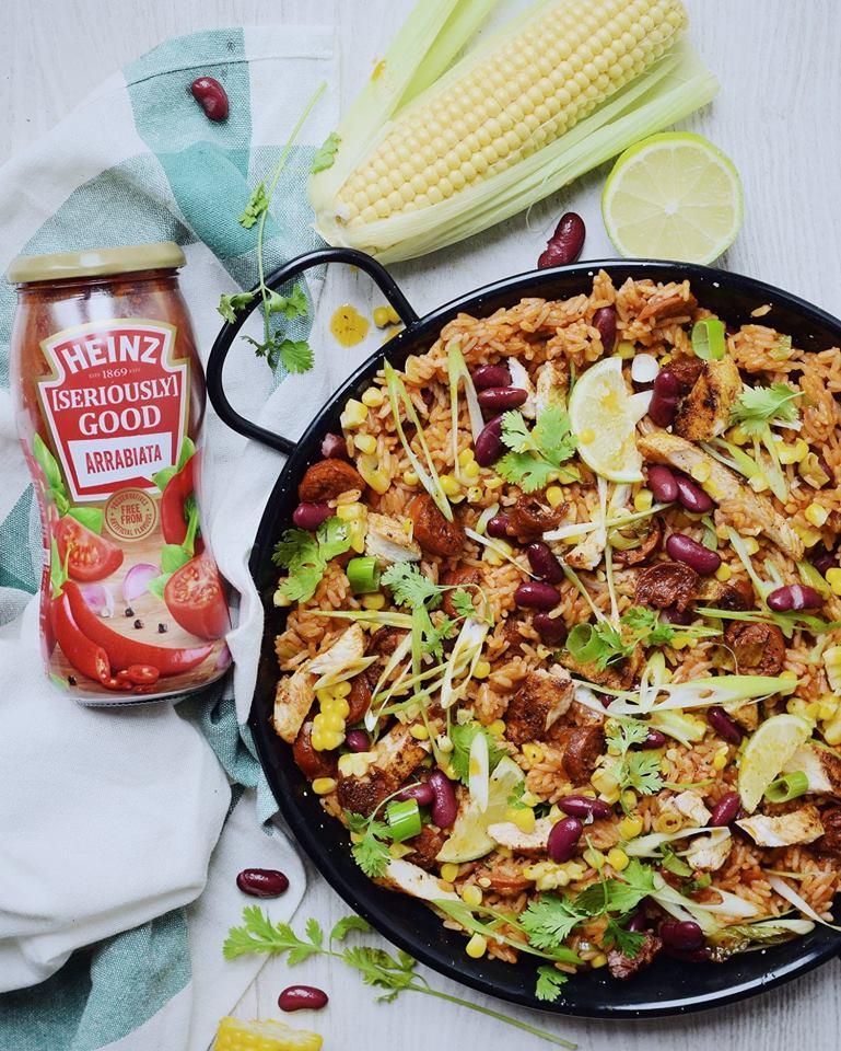 Mexicaanse rijstschotel met kip en chorizo