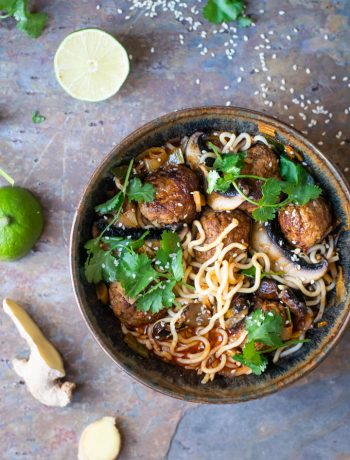 Thaise spaghetti met currysaus en gehaktballen