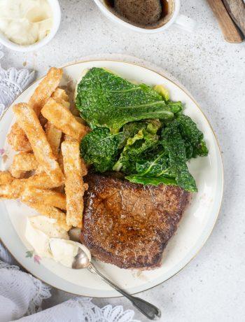 Steak met savooikool en knolselderfrietjes