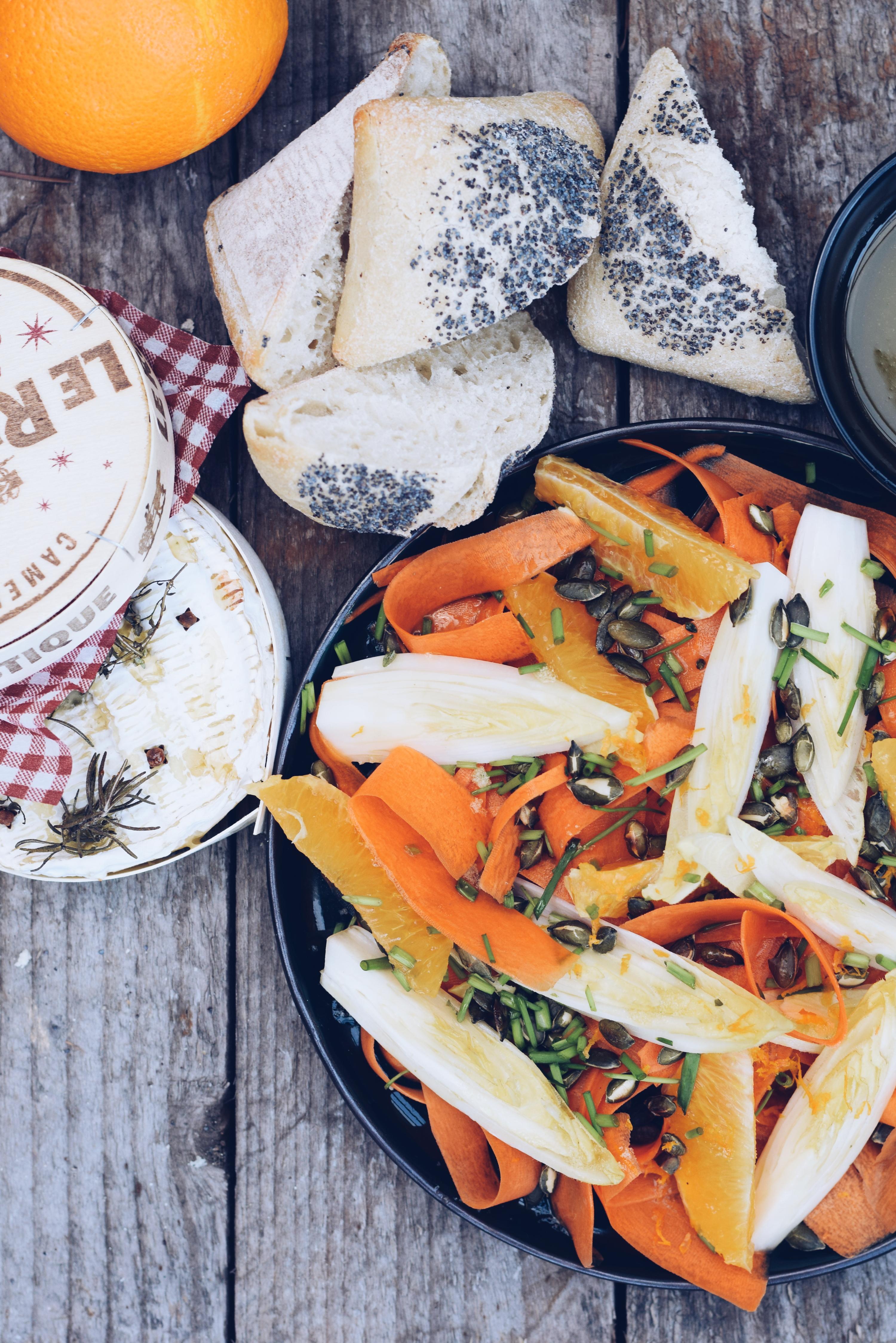 Wortelsalade met sinaasappel, witloof, citroen/honing dressing en camembert uit de oven