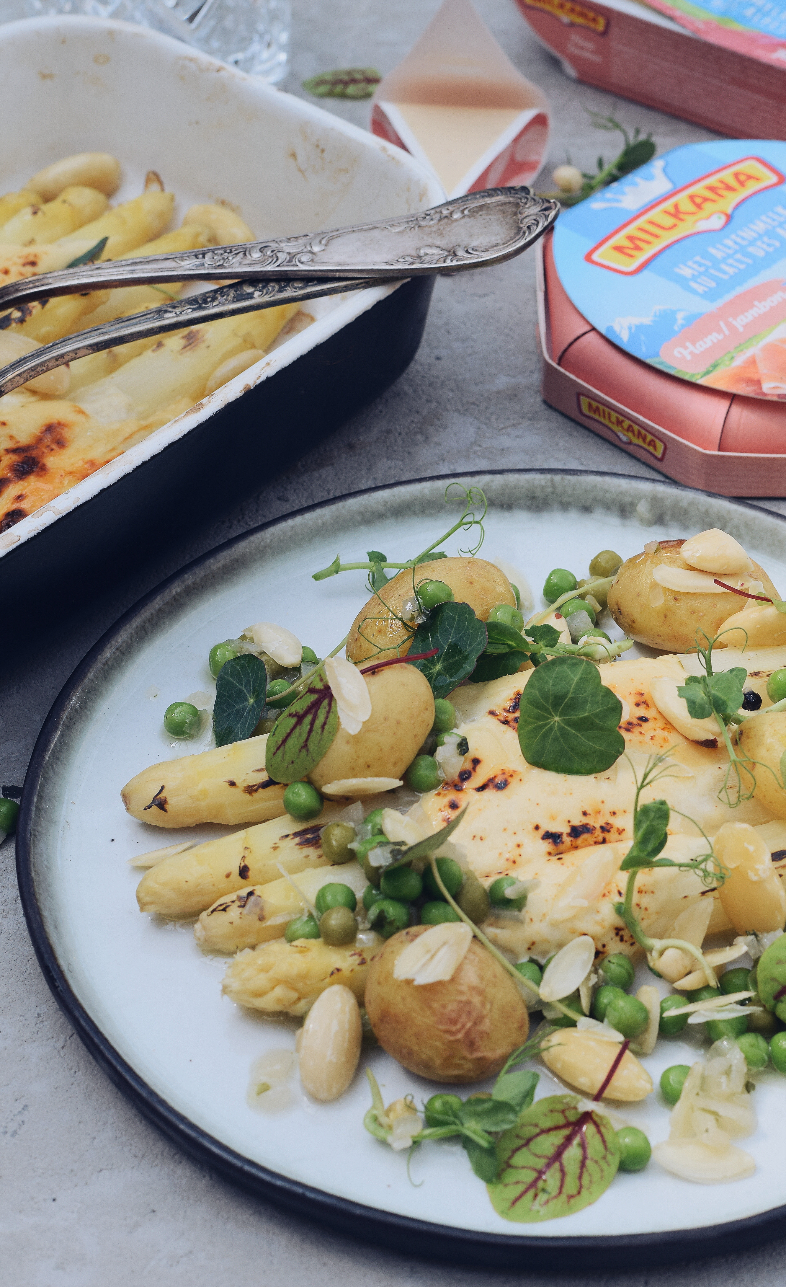 Gegratineerde asperges met Milkana kaas, erwt en amandel