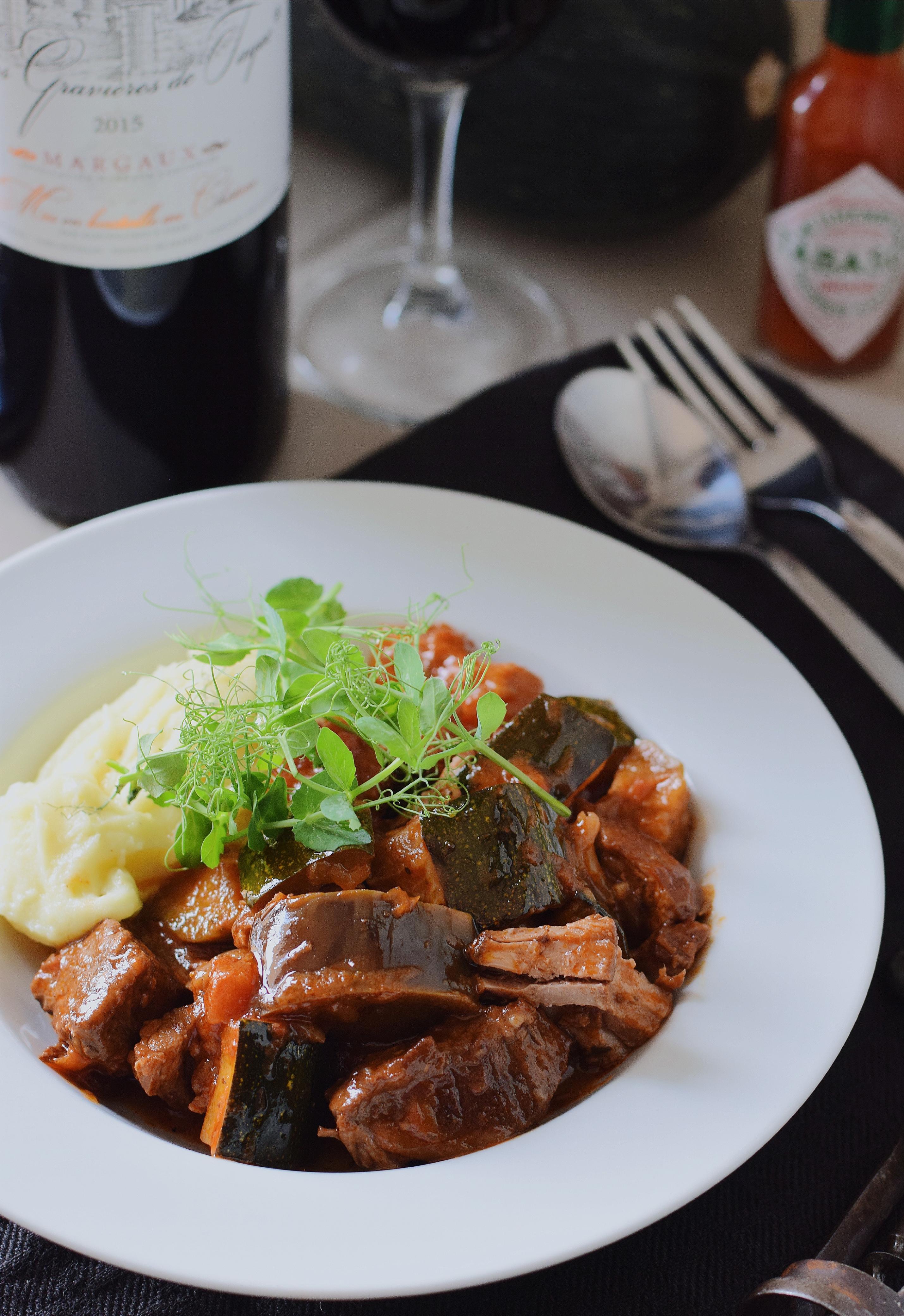 Overheerlijke stoofvleesragu met aubergine/courgette en puree met olijfolie