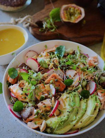 Quinoa salade met gebakken zalm, avocado, radijs en passievrucht dressing